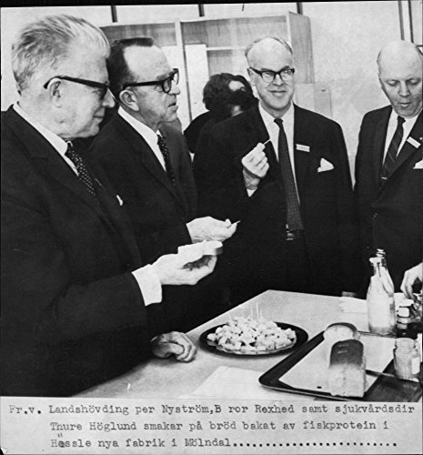 vintage-photo-of-general-brother-rexed-and-sjukvardsdir-thure-hoglund-taste-bread-baked-fish-protein