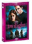 Twilight è la storia di Edward Cullen, un vampiro che, come tutti i vampiri, è immortale ma che a differenza di tutti i vampiri non beve sangue umano e non ha i canini appuntiti, e di Bella Swan, tipica teenager americana che ovviamente s'innamora pe...