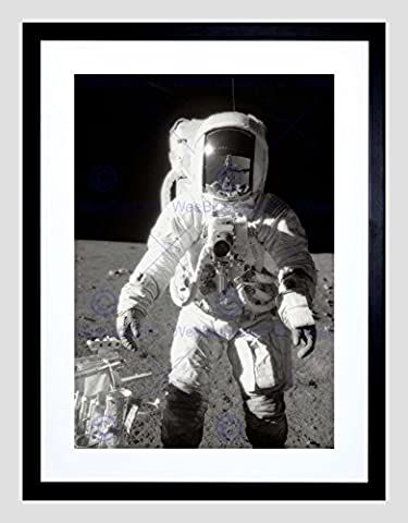 MOON LANDING ASTRONAUT SPACEMAN BLACK FRAME FRAMED ART PRINT PICTURE B12X8721
