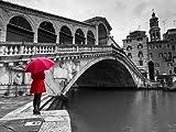 Fine Art Print–eine Frau in einem roten Kleid mit Rot Schirm und neben der Rialto Brücke, Venedig, Italien steht von Assaf Frank Fotografie, rot, 36 x 27