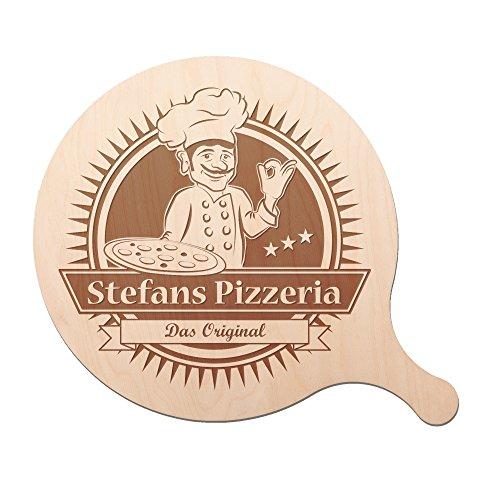 Crazy Kitchen - Pizzabrett aus hellem Holz mit witziger Gravur - Flammkuchenbrett - Schneidebrett - Mann in der Pizzeria - Personalisiert mit [Namen] - Geschenkidee für Männer