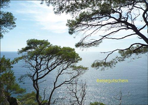 Wunderschöner Reise Gutschein (blanko) mit Blick durch Kiefern auf das Meer: Reisegutschein • auch zum direkt Versenden mit ihrem persönlichen Text als Einleger.