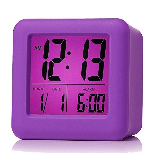 Plumeet digitaler Reisewecker, einfach einzustellen, mit Schlummermodus, weichem Nachtlicht, großem Zeit-, Monats-, Datums- und Alarm-Display, ansteigendem Soundalarm & Handgerät-Größe, bestes Geschenk für Kinder (Lila)