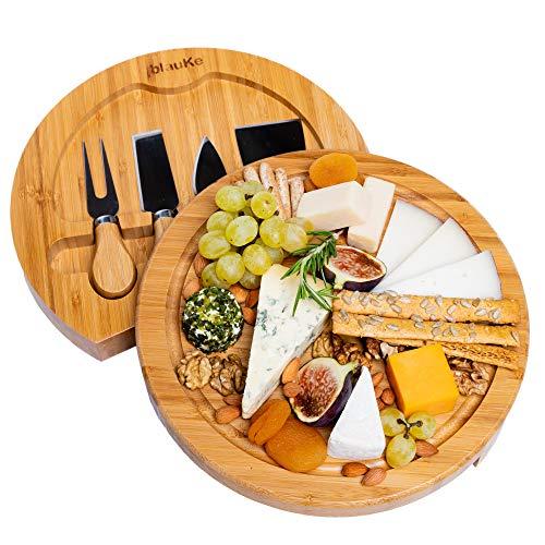 Set per formaggio con tagliere tondo in legno di Bambù e 4 coltelli per formaggio, perfetto per servire con fantasia i tuoi formaggi!  Per servire e tagliare i formaggi in modo elegante e pratico! Disponi i tuoi formaggi sul tagliere e portalo dirett...