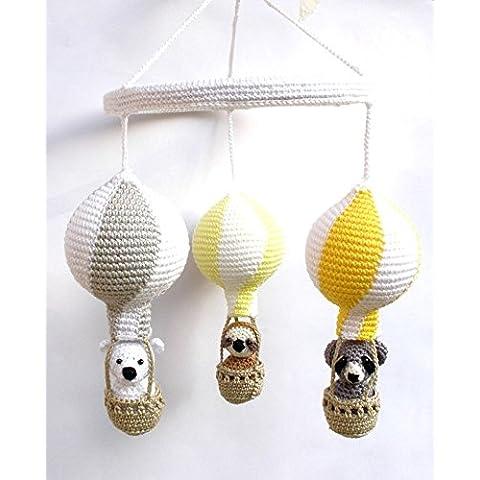 Giostrina per neonati all'uncinetto con mongofiere in giallo e grigio