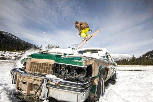 Poster 91 x 61 cm: Ski Freestyle. Skifahrer springt über Oldtimer von Alejandro Moreno de Carlos - hochwertiger Kunstdruck, neues Kunstposter (Freestyle-ski-poster)