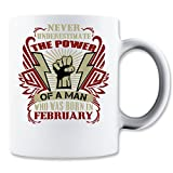 Never Unestimate The Power Of A Man Who Was Born in February Klassische Teetasse Kaffeetasse