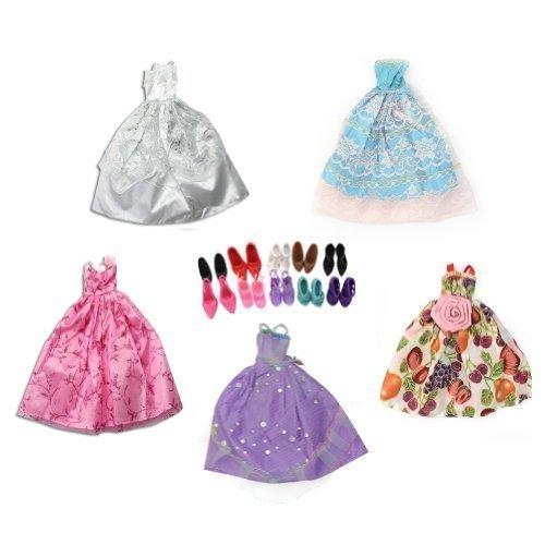 leider, Schuhe und Kleiderbügel für Barbiepuppen, insgesamt 15 Teile (5 Kleider, 5 Schuhe, 5 Kleiderbügel) ()