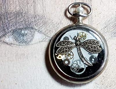 Pendentif unisexe steampunk fait d'un boitier de montre vintage recyclé couleur argent avec un cadran, des rouages, une libellule de la résine cristal.
