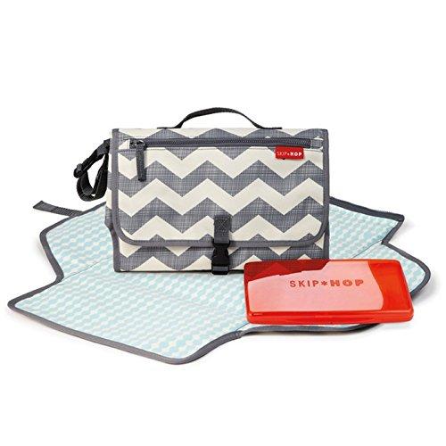 Skip Hop Pronto Mini Wickeltasche, Wickelstation für unterwegs, chevron cremefarben-grau