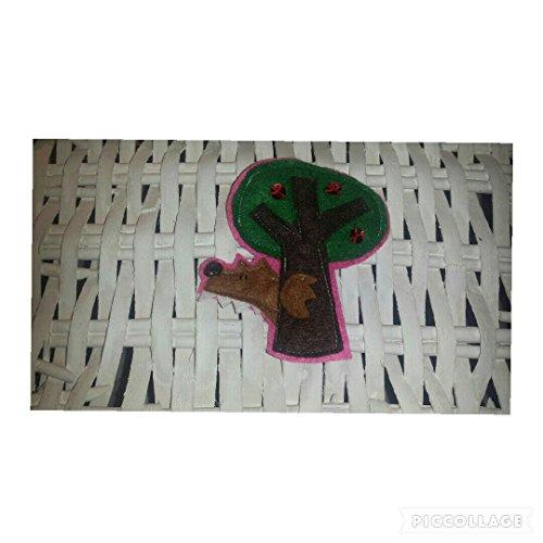broche-lobo-escondido-de-caperucita-roja-detras-de-un-arbol-fondo-rosa-claro-rosa-oscuro-lila-o-verd