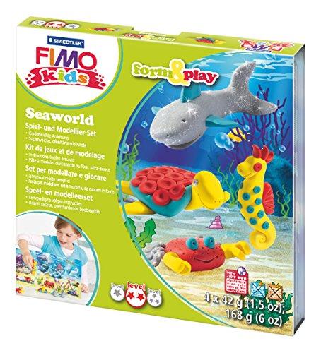 Staedtler 8034 14 LY Fimo kids form&play Set Seaworld (superweiche, ofenhärtende Knete, kinderleichte Anleitung, wiederverschließbare Box, Set mit 4 Fimo Blöcken, 1 Modellierstab und 1 Spielkulisse)