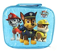 Ideale per Back to School, questa borsa è color blu e decorato con un' immagine di Paw patrol Marshall, Chase e Rubble. La borsa ha una chiusura con cerniera con ampio spazio all' interno per un panino, snack e cartone di bere. Isolata per ma...