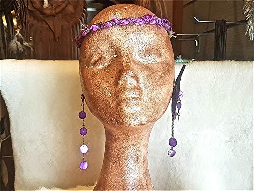 Asymmetrische lange Ohrringe aus lila Leder mit Ketten und Perlmutt-Münzen.