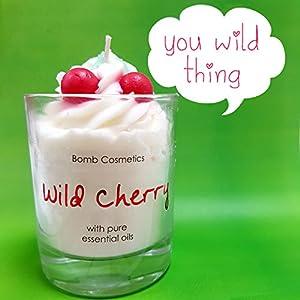 """Glaskerze """"Wild Cherry"""" im Geschenkkarton, mit reinen ätherischen Ölen von Bomb Cosmetics"""
