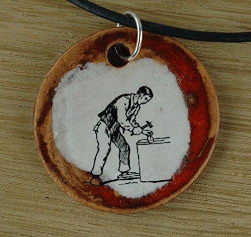 Echtes Kunsthandwerk: Schöner Keramik Anhänger mit einem Handwerker; Handsäge, Bügelsäge, Laubsäge, Sägeblatt, Werkzeug, Holz, Werkstatt