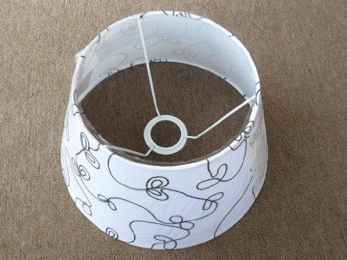 runder, konischer Schirm für größere Tischlampe mit Fassung E27, weiß mit Schnurapplikationen in schwarz (Gemusterte Stoffschirm)
