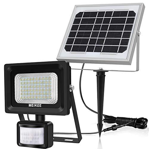 MEIKEE 60LEDs foco solar con sensor de movimiento  Características: Ahorro de energía: el foco está alimentado por una batería recargable de 3200 mAh (incorporada) que se puede recargar a través del panel solar. Alto brillo: nueva combinación de LED,...