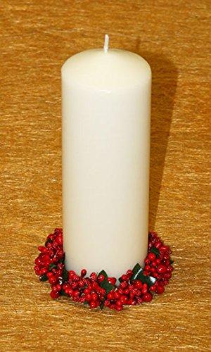 Vela navideña con Corona navideña. Centro de Navidad Que Consta de una Corona navideña en Color Rojo y Hojas Verdes. Va acompañada de una Vela Blanca de 7 x 20 cm. La Vela es de Cera.