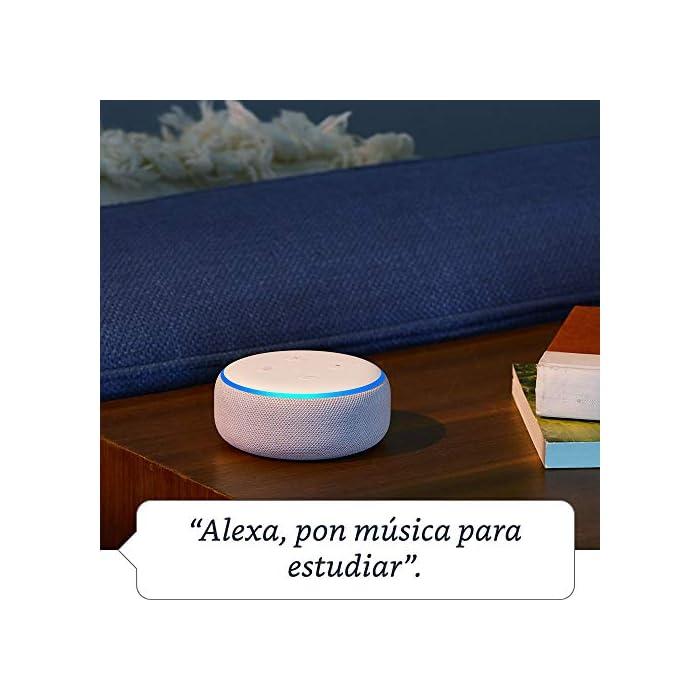 61 XfENLZ2L El Echo Dot es un altavoz inteligente que se controla con la voz. Se conecta a Alexa para reproducir música, responder a preguntas, narrar las noticias, consultar la previsión del tiempo, configurar alarmas, controlar dispositivos de Hogar digital compatibles y mucho más. El altavoz integrado ofrece un sonido nítido e intenso, y te permite disfrutar de canciones en streaming a través de Amazon Music, Spotify Premium, TuneIn y otros servicios. Llama a cualquiera que tenga un dispositivo Echo o la app Alexa sin mover un dedo. También tienes la posibilidad de usar Drop In para conectar con otras habitaciones de tu hogar en las que tengas un dispositivo Echo compatible.