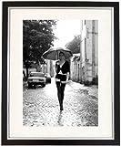 'Off To Work &' Black White ', gerahmt, von einem Sexy Frau mit Sonnenschirm &Strümpfe, Gr. Erotik Art &Photography Bild, Schwarz/Weiß