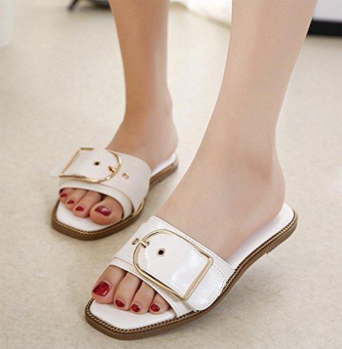 En forme de C boucle en cuir à fond plat décoré avec le mot glisser des sandales plates et les femmes pantoufles White