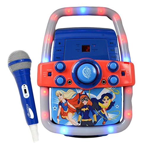 DC Comics Super Hero Girls Tragbares Karaoke-Lautsprechersystem CD + G CD-Player + Mikrofon singen - Wonder Woman, Supergirl & Batgirl CD-Player (Karaoke-maschine Sakar)