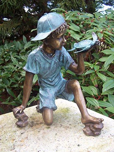 Wasserspeier \'Spielender Junge mit Schildkröte\' aus Bronze