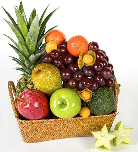 La Cesta de Frutas GRACIAS es una variación de distintos tipos de frutas de estilo mediterráneo y tropical, entre los que se encuentran: piña, mango, papaya, aguacate, manzana, pera, naranja, kiwi, uva, ciruelas, kumquats y physalis. Toda esta fruta ...
