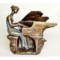 Escultura pianista tocando en un piano de cola