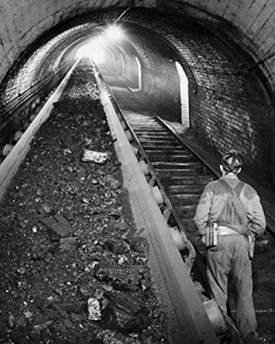 Rear view of a coal miner standing at the railroad track in a pit mine Robena Mine Pennsylvania USA Poster Drucken (60,96 x 91,44 cm)