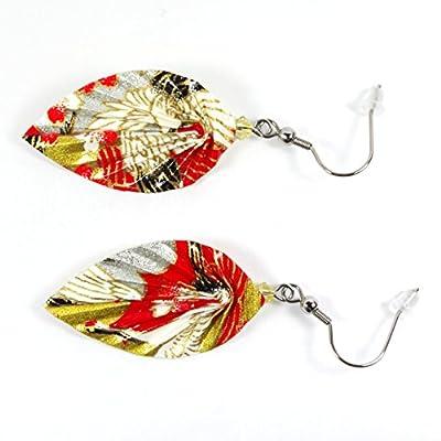 Boucles d'oreilles feuilles origami dorées et argentées sur fond rouge en papier artisanal japonais - crochets inox