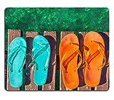 luxlady Gaming Mousepad Bild-ID: 34578897Zwei Paar Türkis Grün und Orange Flip Flops auf die Holzplanken von A Jetty Over The Sea