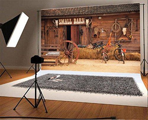 YongFoto 3x2m Vinyl Foto Hintergrund Kleine Scheune Werkzeuge Rad Cowboy Westliches Retro Rustikales Haus Bauernhof Fotografie Hintergrund für Fotoshooting Portraitfotos Hochzeit Fotostudio Requisiten