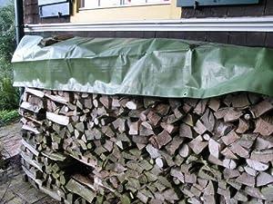 Brennholzstapel mit Abdeckplane