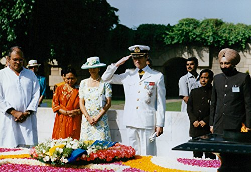 vintage-photo-of-king-carl-gustaf-lays-a-wreath-at-mahatma-gandhis-grave
