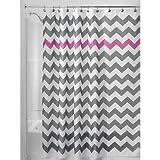 InterDesign Chevron Duschvorhang Textil | pflegeleichter Duschvorhang aus Stoff mit verstärkten Löchern | Badewannenvorhang mit Zickzack-Muster | Polyester grau/violett