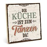 TypeStoff Holzschild mit Spruch – DIE KÜCHE IST ZUM TANZEN DA – im Vintage-Look mit Zitat als Geschenk und Dekoration zum Thema Leben, genießen und Kochen (M - 19,5 x 19,5 cm)