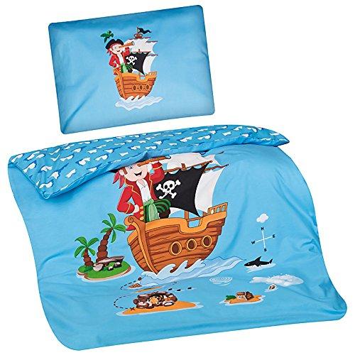 Preisvergleich Produktbild Aminata Kids - süße Kinderbettwäsche Bettwäsche Kinder 100x135 cm Kissen 40x60 cm Baumwolle Pirat Piraten Seeräuber Piratenschiff Schatzinsel Piratenflagge Schatz Schatzkarte blau KINDERBETTGRößE
