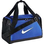 Questa borsa sportiva NIKE Brasilia Extra-Small Duffel è confezionato in tessuto resistente per trasportare gli elementi necessari per l' allenamento. Dispone di tasche interne speciale che mantengono il contenuto in ordine e uno scomparto pe...