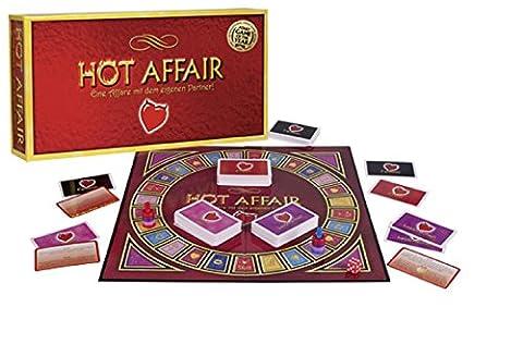 Das erotische Spiel für lange Party-Nächte lässt einen den Partner bzw. die Mitspieler richtig kennenlernen und sorgt für eine erotische Stimmung. Heiße Affäre mit dem eigenen Partner! Dimmen Sie das Licht, stöpseln Sie das Telefon aus und machen Sie sich bereit für das heißeste Spiel aller Zeiten! Hot Affair bringt Sie zum Lachen und Lieben. Sie werden sich gegenseitig begehren wie nie - und das mit dem Wurf des Würfels! Während des Spiels werden aufregende und auch manchmal lustige Aufgaben gestellt, die anregende und zuweilen wilde Gespräche beinhalten werden. Das Spiel gipfelt darin, dass der Gewinner sich eine von fünfzig möglichen aufregenden Fantasien mit dem Partner aussuchen und sie ausleben darf! Pärchen-Brettspiel - Inhalt: Spielbrett, 4 Karten-Sets (Erotik, Fantasie, Leidenschaft, Intim), 2 Spielfiguren, 1 Würfel, 3 x 4 Ringe für Spielfiguren.
