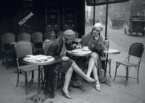 Lady-bild (Postkarte A6 +++ SCHWARZ-WEISS von modern times +++ YOUNG WOMEN OUTSIDE OF A CAFÉ/PARIS 1925 +++ BK.EDITION © ullstein bild - Roger Violet/Maurice)