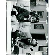 Vintage Foto de Jane Fonda sentada en sofá con un hombre.