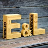 """Kit de letras para ENAMORADOS regalo San Valentín: Símbolo """"&"""" y 2 letras decoradas y pintadas en color mostaza. Ideal para ocasiones especiales. Nombre personalizado en el lateral con letras talladas en madera."""