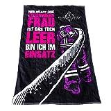 FIRE & FIGHT Streetwear Hier RELAXT EINE Feuerwehrfrau | kuscheliges Oversize Frottee Sauna Strand- und Badetuch 175 x 100 cm