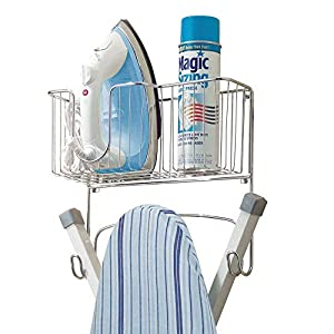 mDesign Bügelbrett Wandhalterung - Bügelbretthalterung plus Korb für Bügeleisen und Zubehör - platzsparend Bügelbrett aufhängen - verchromt
