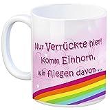 Kaffeebecher mit Einhorn Motiv und Spruch: Nur Verrückte hier! Komm Einhorn, wir fliegen davon ... - eine coole Tasse von trendaffe - passende weitere Begriffe dazu: Regenbogen, Einhorntasse, Märchen, Mug, Unicorn, lustig, rosa, dick, dickes Einhorn, Tasse, Kaffeetasse, Becher, mug, Teetasse oder Büro.