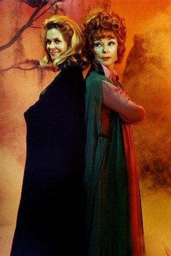 Moviestore Elizabeth Montgomery als Samantha Stephens unt Agnes Moorehead als Endora in Bewitched 91x60cm Farb-Posterdruck