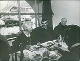 Vintage Foto Di Jean-Claude Killy con un gruppo di persone mangiare e ridere insieme.