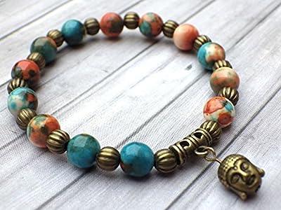 Bracelet tibétain pour femme style vintage en perles de jade blanc naturel teinté en marron, orange et bleu, perles en métal et pampille à tête de Bouddha en bronze antique